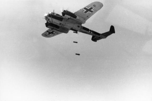 老照片:英国飞行员趁着德军轰炸,将魔爪伸向单身女性