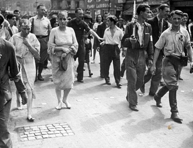 二战老照片:战时与德军有染的法国女性被清算、遭到剃光头发游街