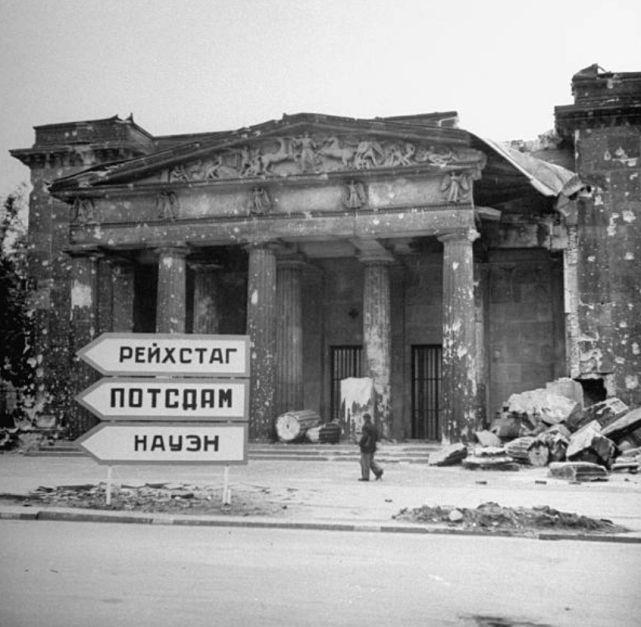 德国战败之时的老照片:苏美士兵会师柏林,地堡中自杀的纳粹分子