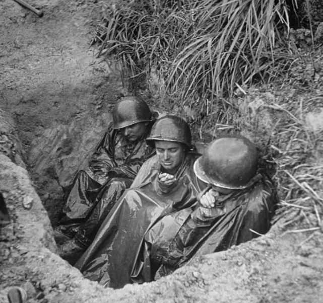 冲绳岛战役老照片:10万日军只存活7千人,看看这些惨烈镜头