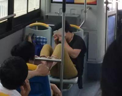 温州大妈公交车上忘情抠脚20分钟,乘客纷纷避让!