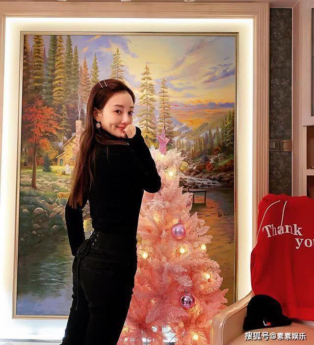 李小璐布置粉色圣诞树,露小蛮腰做可爱动作,疑似在感谢某人