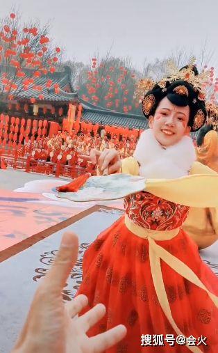 央视主持后台罕曝光,董卿李梓萌私下打扮很普通,但颜值真的绝了