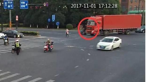 女子骑电车,被大货车直接碾过去!事后女子的模样让人难以相信