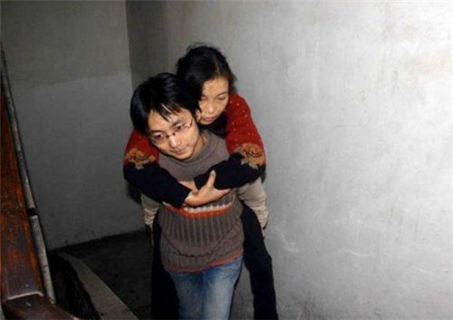 """15年前""""背母上学""""感动中国,后变性成女人的刘婷,后来怎样了"""