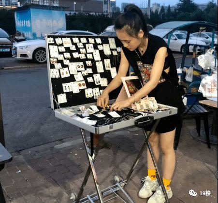 深夜,杭州一男子突然扑向行驶中的车,司机:有预谋的碰瓷