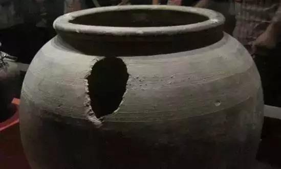 """何家村出土莲瓣银罐,罐盖写着24个""""难解""""墨字,揭露其用途之谜"""
