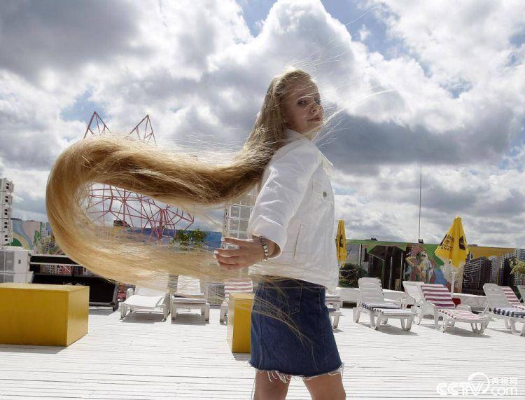 乌克兰女子一头长发超两米破全国纪录