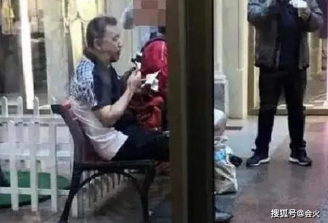前央视主持张宏民罕露面!独坐街头吃雪糕太落寞,现59岁感情成谜