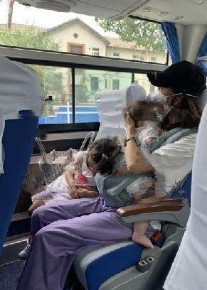 齐娇被何猷启抛弃后抵达上海,发图哭诉我太难,三母女挤大巴画面心酸