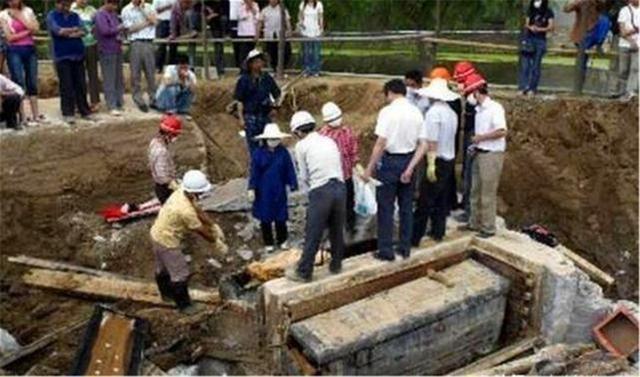 湖北出土1男7女合葬墓,专家:赶紧挖!底下有10箱黄金