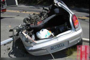 客车转向灯故障酿惨祸 轿车与司机全撞碎了