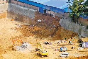 西安女子上厕所时坠落坑底 因建筑工地坍塌