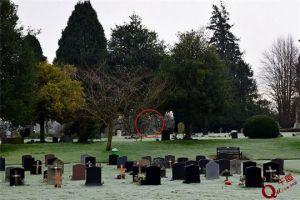 真实鬼魂图片!英国一男子无意间拍摄到墓地鬼魂