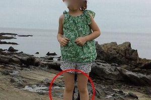太可怕了!女孩两腿之间出现一只大脚