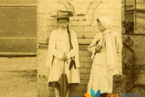 上个世纪的老照片 频繁出现一个神秘女孩