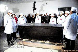 [图文]湖北荆州古墓开棺不见尸 丝绸服饰残成碎片