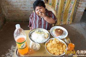 """[图文]印度胖女孩或将自己""""吃死""""疑患饥饿症"""