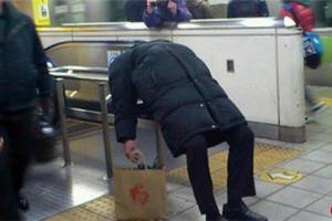 日本地铁里的那些奇葩睡姿 跟丧尸现场似的