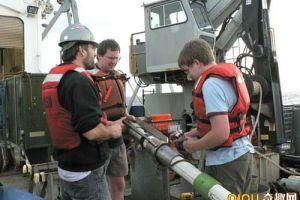 科学家在采集海底沉积物样本 发现海洋最缺乏生命力区域
