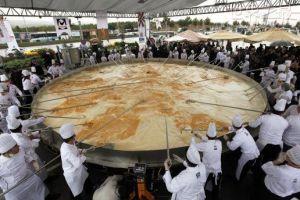 世界上最大的煎蛋卷 可供成千上万观看者享用