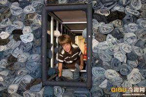 [图文]美九岁男童收集1700多条牛仔裤 破吉尼斯世界纪录