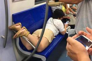 爆笑GIF图:姑娘,你能收敛点吗?你这一趴可是占了三个座位!