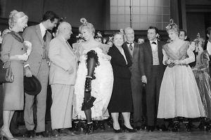 没去成迪斯尼的赫鲁晓夫 被安排在好莱坞看表演 妻女在旁很尴尬