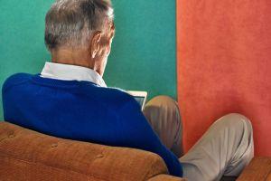 太意外了!美国老人似乎比年轻人更痴迷于屏幕,每天花费近十个小时