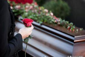 印尼一男子在被安葬7小时之后,平安返回家中