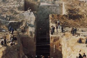 石头山上有古墓,盗墓贼和专家争着找入口,多年后一老农解开谜团