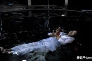女子自称菩萨转世,能够身体漂浮水中,小伙掉入水中揭开真相!