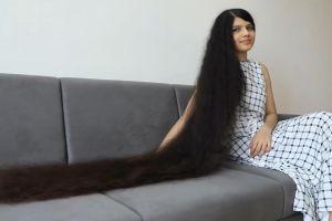 印度少女十年未剪头发长1米9曾创造吉尼斯世界纪录