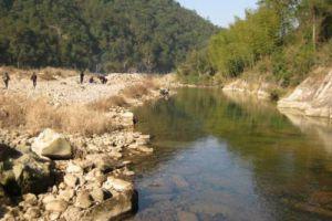 男子在河边打水漂,刚扔出一块石头,朋友却毫不犹豫跳进了河中