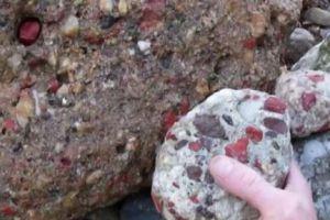 女子在山上捡到了七彩的石头,拿到家中,父亲查看后不淡定了