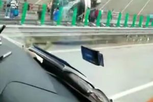 2死24伤!雅西高速客车撞中央护栏侧翻,载有35名乘客