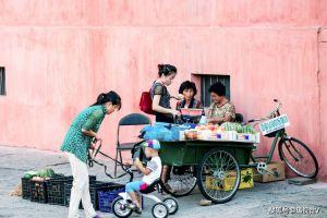 朝鲜街头地摊:西瓜香烟小食品,顾客少光临,摊主都是中老年妇女
