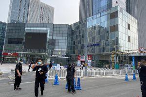 北京石景山万达广场一顾客自称核酸检测阳性当场大哭,商户等待统一检测