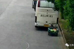摊主丢下一车西瓜去救人,回来懵了:瓜全被城管搬走!结局让人想不到…