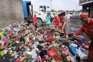 顶着烈日翻找6小时,环卫工从10吨臭垃圾里寻回价值19万钻戒