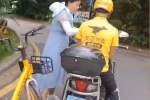 手机当街被抢外卖小哥追回,海南大姐发红包被拒:送餐慢了请见谅