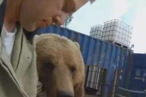 小哥户外自拍,身后却来只棕熊凑热闹,熊:我站后面显脸小