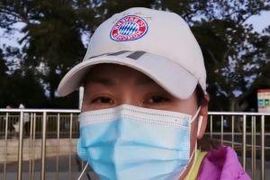 55岁田震近照罕曝光!穿棉衣散步眼纹丛生,嗓音粗狂被指抽烟过多