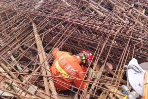 建筑工地钢筋垮塌致1人被埋压消防两次增援,用5个千斤顶支撑才成功救人
