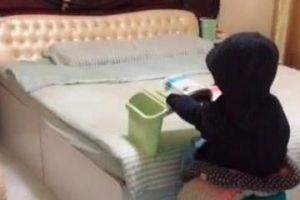 妈妈发现儿子反常的坐着看书,走过去细看,接着哈哈笑不停