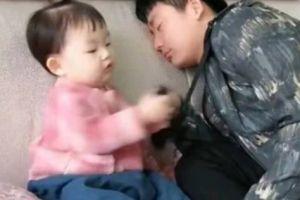 爸爸闻臭袜子假装晕倒,女儿拿过来闻,结果妈妈忍不住笑喷了