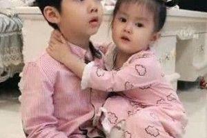 哥哥看电视不理妹妹,妹妹撒娇亲哥哥一口,随后哥哥说的话暖心