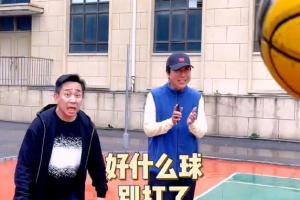 63岁冯巩现身篮球场,身材清瘦精神矍铄,不断劝阻白凯南训斥儿子