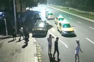 年轻情侣马路上吵架,女子退到马路上被撞